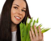 De holdingsboeket van het meisje van witte tulpen. royalty-vrije stock afbeeldingen