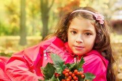 De holdingsboeket van het schoolmeisje van sinaasappel ashberries stock foto's