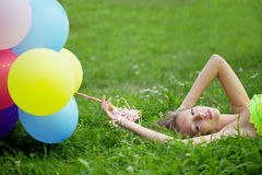 De holdingsbos van de vrouw van kleurrijke luchtballons Stock Foto's