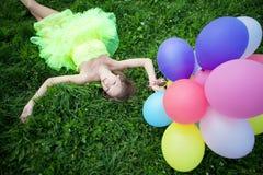 De holdingsbos van de vrouw van kleurrijke luchtballons Stock Afbeeldingen