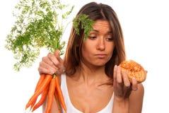 De holdingsbos van de vrouw van vers wortelen en broodje Stock Afbeelding