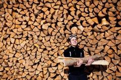De holdingsbrandhout van de mens Stock Afbeeldingen