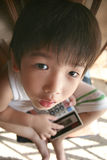 De holdingscalculator die van de jongen omhoog eruit ziet Stock Fotografie