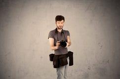 De holdingscamera van de hobbyfotograaf Royalty-vrije Stock Fotografie