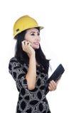 De holdingscellphone en tablet van de architect Royalty-vrije Stock Fotografie