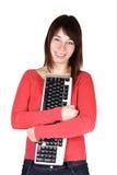 De holdingscomputer van de vrouw toetsenbord en het glimlachen Stock Foto's