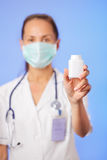 De holdingscontainer van de arts met geneeskunde stock afbeeldingen