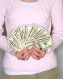 De holdingscontant geld van de vrouw stock foto's