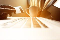 De holdingscreditcard van de mensenhand met online het winkelen of Internet-bedelaars stock afbeelding