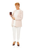 De holdingsdocument van de glimlach bejaarde elegante vrouw kop Stock Fotografie