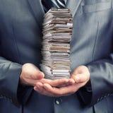 De holdingsdocumenten van de zakenman Stock Foto's