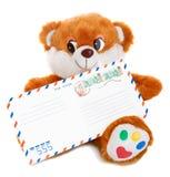 De holdingsenvelop van de teddybeer Royalty-vrije Stock Foto's