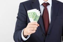De holdingsgeld van de zakenman` s hand, euro bankbiljetten Royalty-vrije Stock Afbeeldingen
