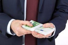 De holdingsgeld van de zakenman` s hand, euro bankbiljetten Stock Fotografie