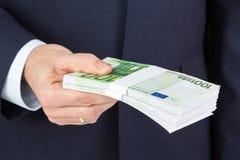 De holdingsgeld van de zakenman` s hand, euro bankbiljetten Stock Afbeelding