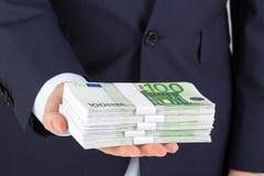 De holdingsgeld van de zakenman` s hand, euro bankbiljetten Royalty-vrije Stock Afbeelding