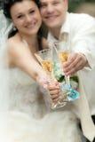 De holdingsglazen van de bruid en van de bruidegom champagne Royalty-vrije Stock Fotografie