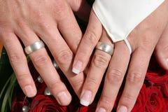 De holdingshanden van de bruid en van de bruidegom royalty-vrije stock afbeelding