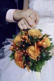 De holdingshanden van de bruid en van de bruidegom Royalty-vrije Stock Foto