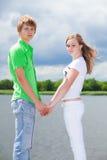 De holdingshanden van de jongen en van het meisje Royalty-vrije Stock Fotografie