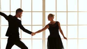 De holdingshanden van het balletpaar, achtermening stock videobeelden