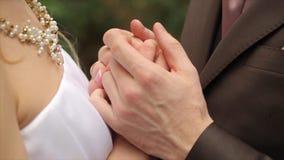 De holdingshanden van het huwelijkspaar, gelukkige bruidegom en bruid Jonge van de van de huwelijkspaar, bruid en bruidegom holdi stock video