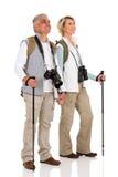 De holdingshanden van het wandelingspaar Stock Afbeeldingen
