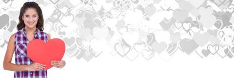 De holdingshart van de valentijnskaartenvrouw met de achtergrond van liefdeharten stock afbeelding