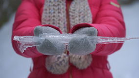De holdingsijskegel van de lengtevrouw in handen in openlucht in de winter 4K stock videobeelden