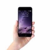 De holdingsiphone 6 van de vrouwenhand met opent op het scherm Royalty-vrije Stock Afbeeldingen