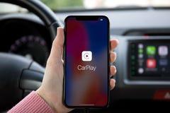 De holdingsiphone X van de vrouwenhand met CarPlay in auto royalty-vrije stock foto's