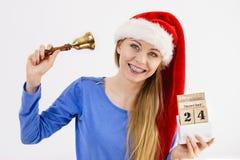 De holdingskalender en klok van de Kerstmisvrouw Stock Foto's