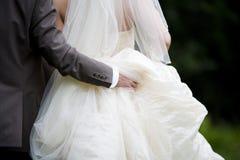 De holdingskleding van de bruidegom Stock Foto's