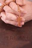 De holdingskruis van de persoon op bijbel royalty-vrije stock fotografie