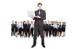 De holdingslaptop van de zakenman en commercieel team Royalty-vrije Stock Afbeeldingen
