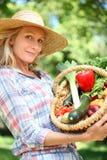 De holdingsmand van de vrouw van groenten. royalty-vrije stock afbeeldingen