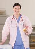De holdingsmedicijn van de arts in onderzoeksroo Stock Foto
