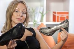 De holdingspaar van de vrouw schoenen Royalty-vrije Stock Afbeeldingen