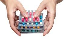 De holdingspak van de vrouwenhand antibiotische die capsulepillen op witte achtergrond worden geïsoleerd Geef of ontvang drug Ant royalty-vrije stock fotografie