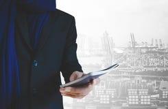 De holdingspaspoort van de zakenmanreiziger, met hoofdstadachtergrond, abstract reisconcept Stock Foto