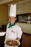 De holdingspizza van de chef-kok bij restaurant royalty-vrije stock foto