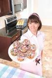 De holdingsplaat van de gezinshulp van cupcakes Stock Afbeelding