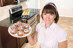 De holdingsplaat van de gezinshulp van cupcakes royalty-vrije stock foto's