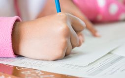 De holdingspotloden in hand doende veelvoudig-CH van de studentenconcentratie stock afbeeldingen