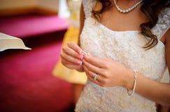 De holdingsring van de bruid Stock Foto