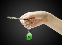 De holdingssleutel van de hand met een keychain Royalty-vrije Stock Afbeeldingen