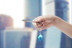 De holdingssleutel van de hand met een keychain Royalty-vrije Stock Afbeelding