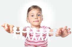 De holdingsslinger van het meisje van document kleine mensen Stock Foto's