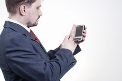 De holdingssmartphone van de mens Stock Foto