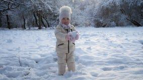 De holdingssneeuw van het meisje stock videobeelden